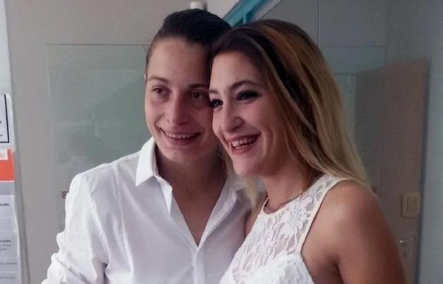 Detuvieron a dos mujeres por besarse en público