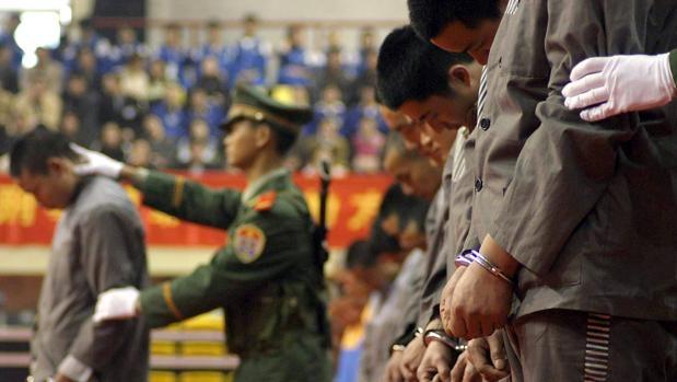 Lamentable espectáculo: China ejecutó a 10 personas en un estadio de fútbol