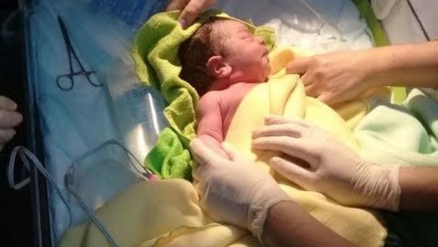 Rescatan a un bebé de una bolsa de consorcio