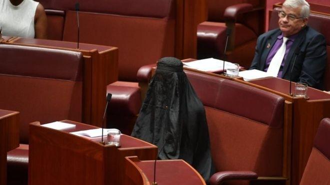 Senadora australiana aparece en burka en Parlamento