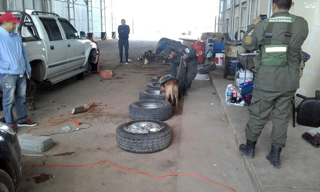Incautan 50 kilos de cocaína ocultos en los neumáticos de una camioneta