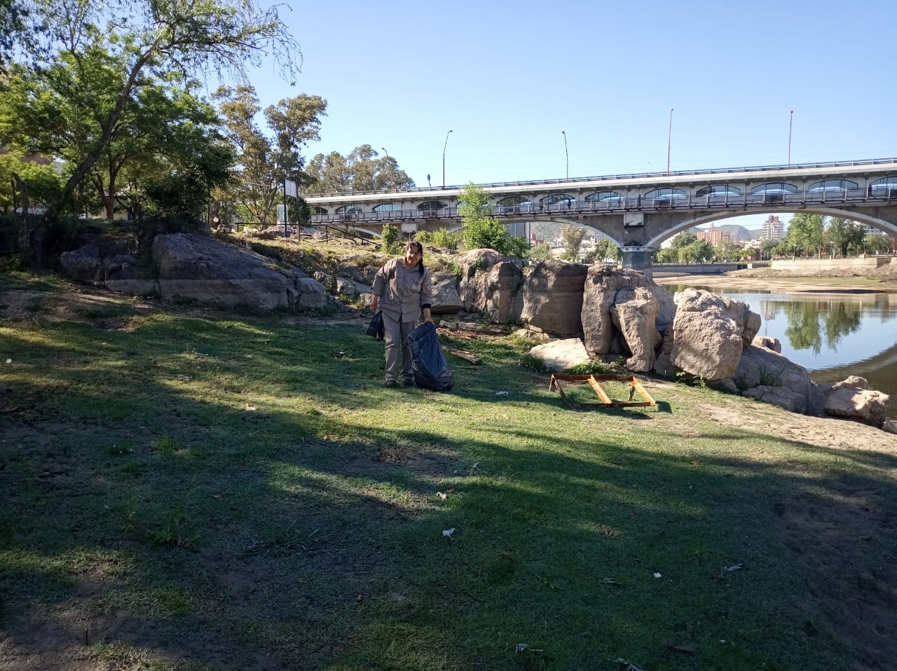 Siguen los trabajos de limpieza en las márgenes del lago San Roque - El Diario de Carlos Paz