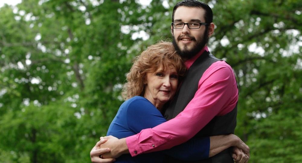 Tienen 53 años de diferencia: Pareja defiende su amor en redes sociales