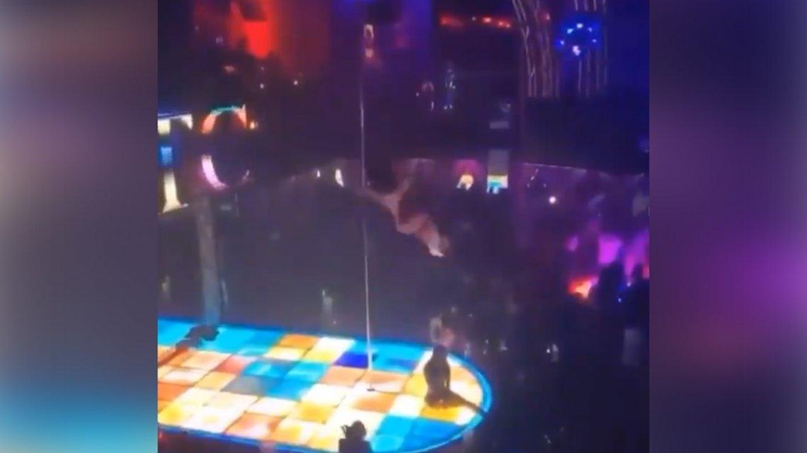Bailarina cae del tubo, se fractura la mandíbula y continúa bailando