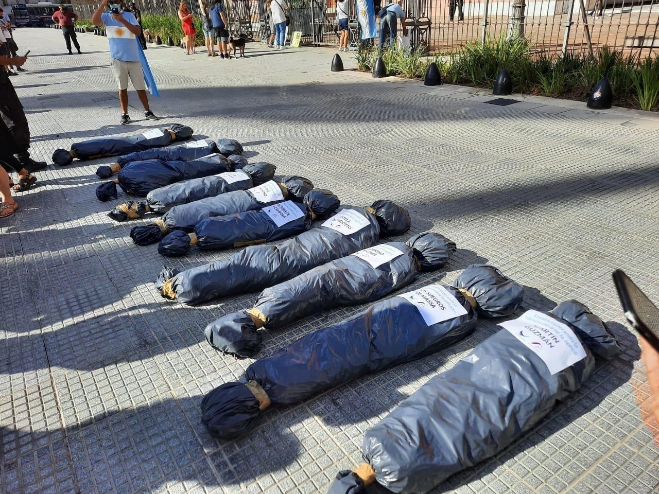 El gobernador Bordet también criticó la protesta con falsas bolsas mortuorias - Política