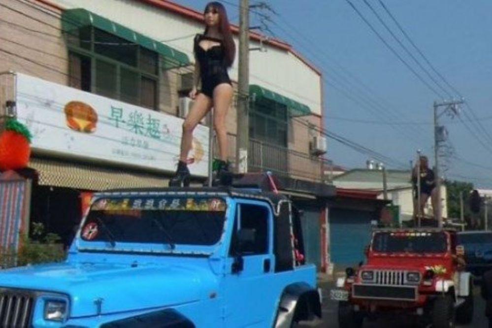 ¡Cosa de locos!: En su funeral hubo 50 strippers