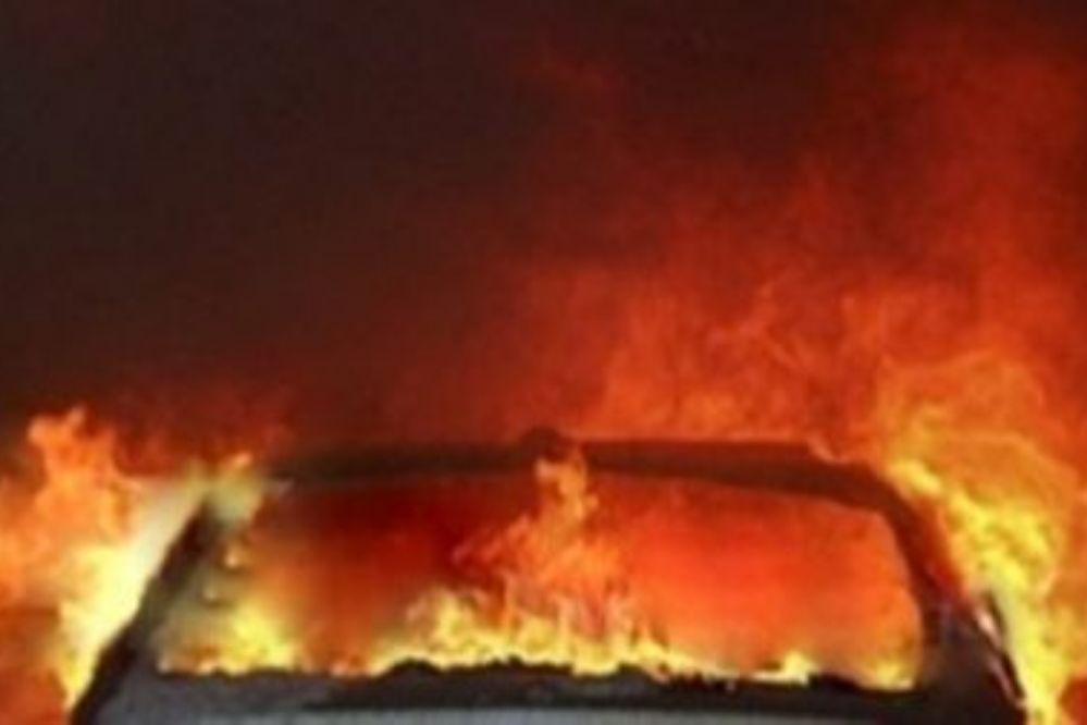 Se prendió fuego un vehículo en una casa de Carlos Paz