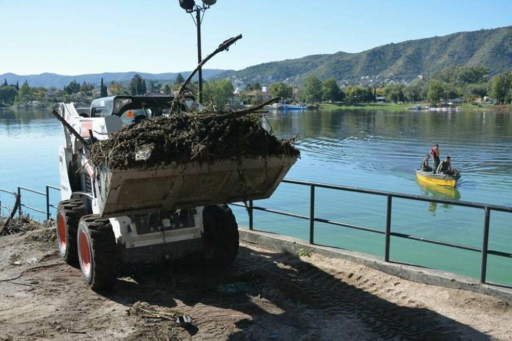 Provincia y municipio siguen con la remoción de las algas en Carlos Paz