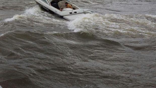 El fuerte viento volcó una embarcación en el lago y tres jóvenes debieron ser rescatados