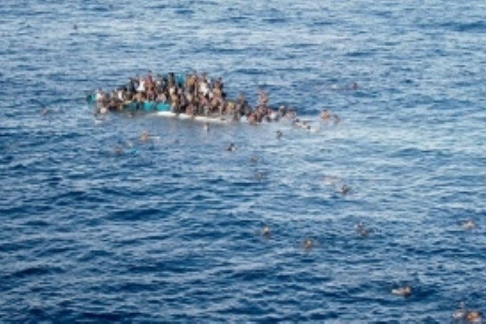 Desaparece un centenar de inmigrantes al naufragar frente a Libia