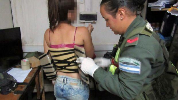 Detienen a una mujer con 4 kilos de cocaína adosados al cuerpo