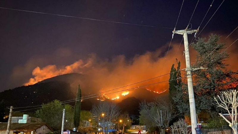 Carlos Paz: Tres bomberos quemados, evacuados y el infierno del fuego